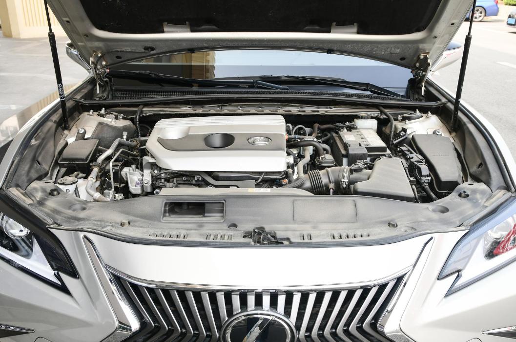 实拍雷克萨斯ES低配,2.0L自吸主打舒适家用,底盘厚重方向精准